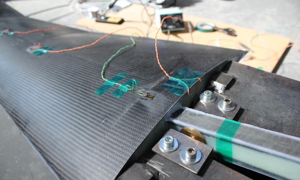 Strain gauges positioned on the wing shell.